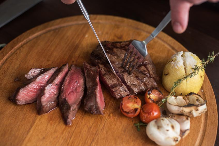Bife a la parrilla hecho por Brasas y Sabores en catering de barbacoa a domicilio