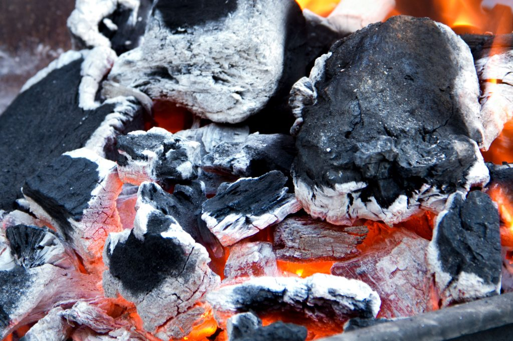 brasas encendidas con carbón para barbacoa a domicilio